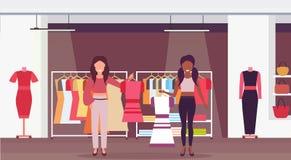 Vendeuses de course de mélange tenant les personnages de dessin animé intérieurs femelles de centre commercial de vêtements de gr illustration libre de droits