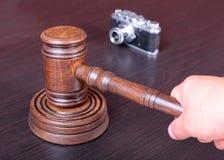 Vendez aux enchères le marteau, le symbole de l'autorité et l'appareil-photo de vintage Image stock