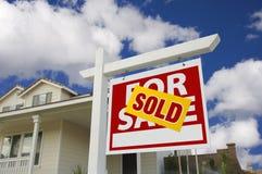 Vendido a casa para la muestra de la venta delante de la nueva casa Fotos de archivo