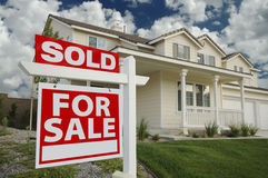 Vendido a casa para la muestra de la venta y el nuevo hogar Imágenes de archivo libres de regalías