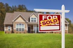 Vendido em casa para o sinal da venda na frente da casa nova Fotos de Stock Royalty Free