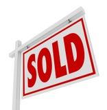 Vendido para o negócio fechado do sinal de Real Estate da casa da venda Imagens de Stock Royalty Free