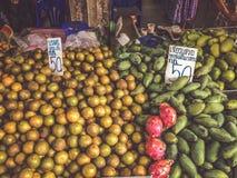 Vendiendo el mercado local Trang de la fruta y verdura de A, Tailandia - Desember 25, 2017 imagen de archivo