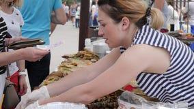 Vendiendo los alimentos de preparación rápida al aire libre, dinero del comprador de la mano para dar el vendedor, efectivo de la metrajes