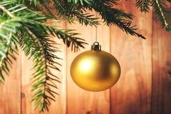 vendimia Bola amarilla de la Navidad en las ramas de árbol de navidad Fotos de archivo