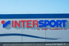 Vendita al dettaglio del logo del contrassegno del ` di Intersport del ` di marca - la catena francese dei rifornimenti di sport Fotografie Stock Libere da Diritti