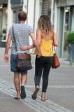 Vendita al dettaglio delle coppie che camminano sulla via sulla vista posteriore Fotografie Stock