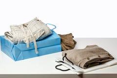 Vendita al dettaglio - l'abbigliamento è sulle vendite contro Fotografia Stock