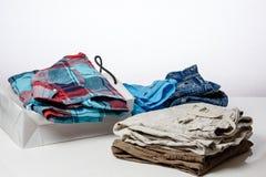 Vendita al dettaglio - l'abbigliamento è sulle vendite contro Fotografia Stock Libera da Diritti