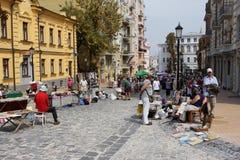 Vendita antica della via con una folla della gente Immagine Stock