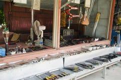 Vendita asiatica della gente tailandese molta genere di coltelli di Aranyik su di legno lei Immagini Stock