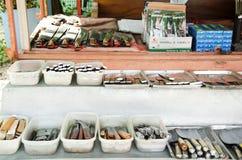 Vendita asiatica della gente tailandese molta genere di coltelli di Aranyik su di legno lei Fotografia Stock Libera da Diritti