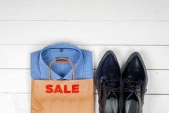 Vendita con le scarpe e le camice Fotografia Stock Libera da Diritti