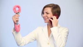 Vendita, consumismo, modo, comunicazione e concetto della gente - giovane donna felice che sceglie le manette e che si rivolge archivi video