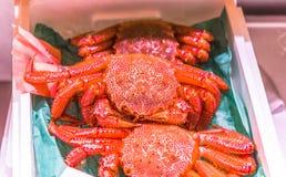 Vendita d'Alasca fresca di re Crab al pesce Marke di Tsukiji fotografia stock libera da diritti