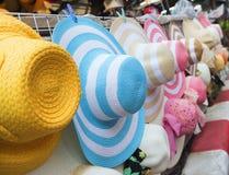 Vendita dei cappelli di estate al mercato Immagini Stock Libere da Diritti