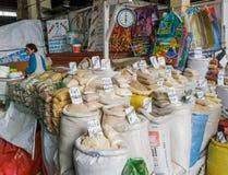Vendita dei cereali al mercato nel Perù Fotografie Stock