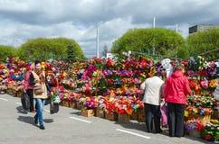 Vendita dei fiori artificiali sul mercato di Prudkovskii, Homiel', Bielorussia immagine stock
