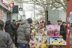 Vendita dei fiori e dei mazzi alla via Fiori dell'affare della gente in un regalo l'8 marzo Immagine Stock