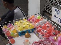 Vendita dei giocattoli della via immagine stock libera da diritti
