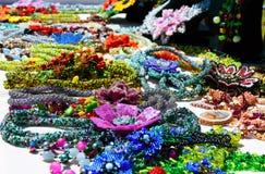 Vendita dei gioielli variopinti delle donne belle dalle perle Fiera - una mostra degli artigiani pieghi immagini stock libere da diritti