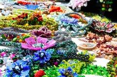 Vendita dei gioielli variopinti delle donne belle dalle perle Fiera - una mostra degli artigiani pieghi immagine stock libera da diritti
