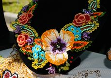 Vendita dei gioielli variopinti delle donne belle dalle perle Fiera - una mostra degli artigiani pieghi immagini stock