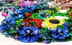 Vendita dei gioielli variopinti delle donne belle dalle perle Fiera - una mostra degli artigiani pieghi fotografie stock