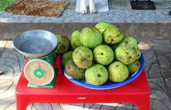 Vendita dei manghi sulla via fotografia stock