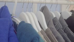 Vendita dei vestiti nel deposito stock footage