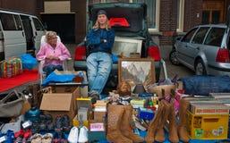 Vendita del caricamento del sistema dell'automobile in un piccolo villaggio olandese Fotografia Stock