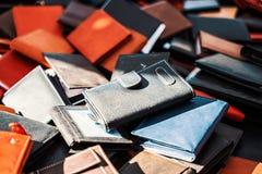 Vendita del portafoglio del cuoio artificiale su un mercato fotografia stock libera da diritti
