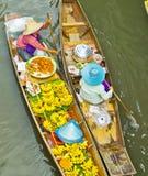 Vendita dell'alimento su una barca al mercato di galleggiamento, la Tailandia Fotografie Stock