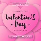 Vendita dell'insegna di giorno di biglietti di S. Valentino con l'offerta speciale sul fondo rosa dei cuori Immagini Stock Libere da Diritti