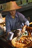 Vendita della banana fritta sul mercato di galleggiamento di Bangkok, la Tailandia Fotografie Stock