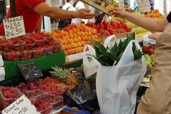 Vendita della frutta su un servizio Fotografie Stock Libere da Diritti