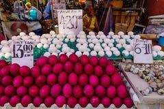 Vendita delle uova al mercato rurale Fotografia Stock