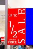 Vendita dentellare e gialla Immagazzini la vendita fino ad un massimo di 50% fuori segno di vendita di metà prezzo Fotografia Stock