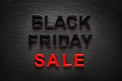 Vendita di Black Friday sul fondo scuro dell'ardesia Fotografia Stock Libera da Diritti
