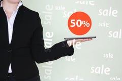 Vendita 50 di concetto La ragazza sta tenendo Fotografie Stock Libere da Diritti