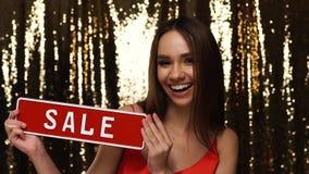 Vendita di festa Bella donna con il bordo rosso di sconto in mani video d archivio