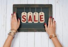 Vendita di festa Mani femminili con gioielli Accessori di modo immagini stock libere da diritti