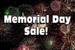 Vendita di Memorial Day con l'esposizione dei fuochi d'artificio Fotografia Stock Libera da Diritti