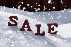 Vendita di Natale su neve e sui fiocchi di neve Fotografie Stock Libere da Diritti