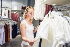 Vendita di stagione, vestiti dell'abito di acquisto della donna fotografie stock
