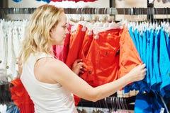 Vendita di stagione, vestiti dell'abito di acquisto della donna immagini stock
