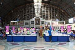 Vendita nella stazione ferroviaria del terminale centrale di Bangkok (dell'interno) Fotografie Stock
