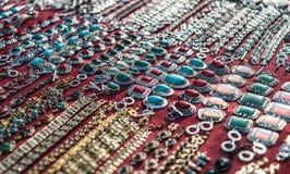 Vendita orientale dei gioielli con abbondanza delle collane Fotografia Stock