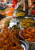 Vendita pesce e della frutta al mercato Fotografia Stock Libera da Diritti