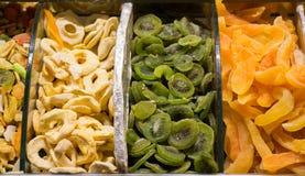 Vendita a secco della frutta nel mercato fotografia stock libera da diritti